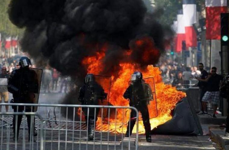 Proteste violente la Paris chiar de Ziua Națională
