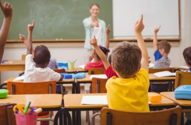De ce este important ca elevii să revină la școală în mod fizic dar nu online (VIDEO)