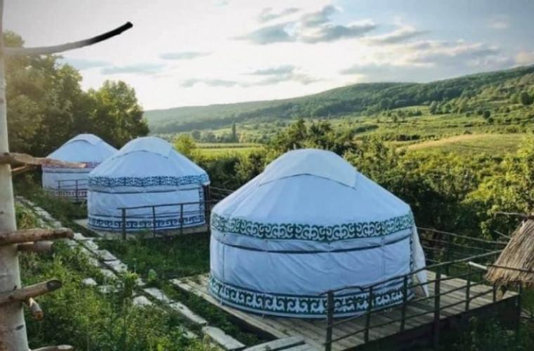 in-moldova-s-a-deschis-un-sat-de-iurte-foto