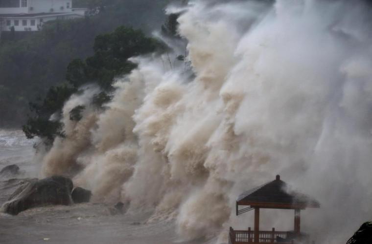 coasta-chineza-lovita-de-taifunul-mekhala-video