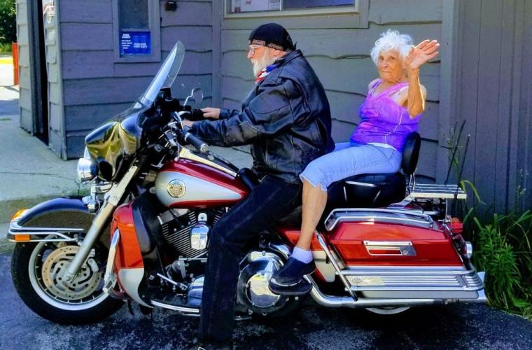 O femeie de 103 ani și-a făcut un tatuaj și a mers cu motocicleta (FOTO)