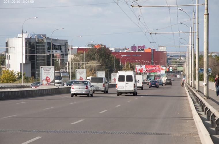 Cursele ilegale continuă în capitală: Două mașini s-au luat la întrecere pe viaduct (VIDEO)
