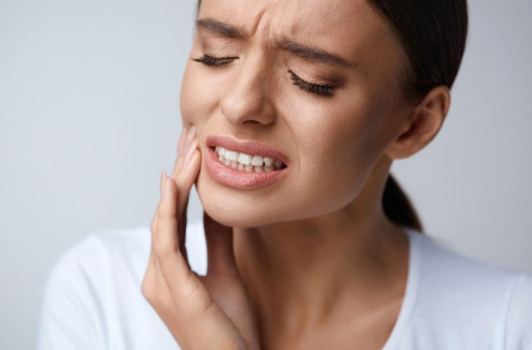 Scrîșnitul dinților în somn: Cauze și tratament
