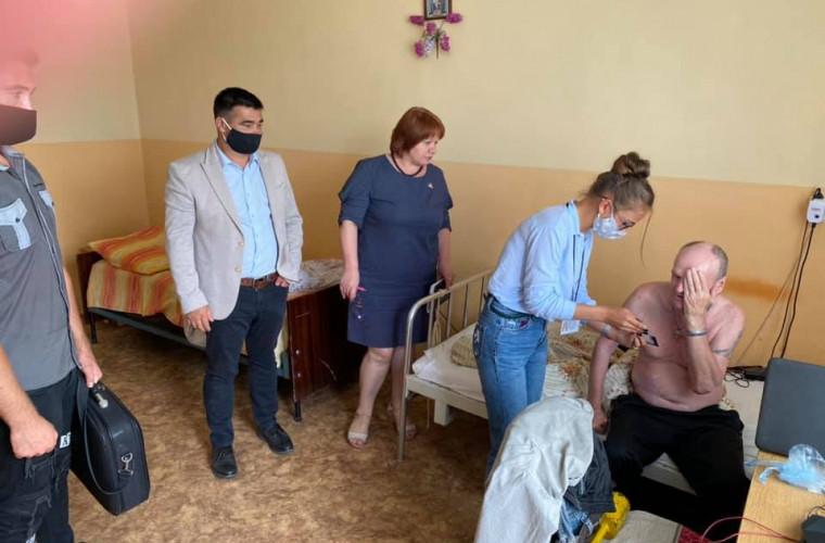 Bătrînii unui azil au primit ochelari gratis din partea PSRM
