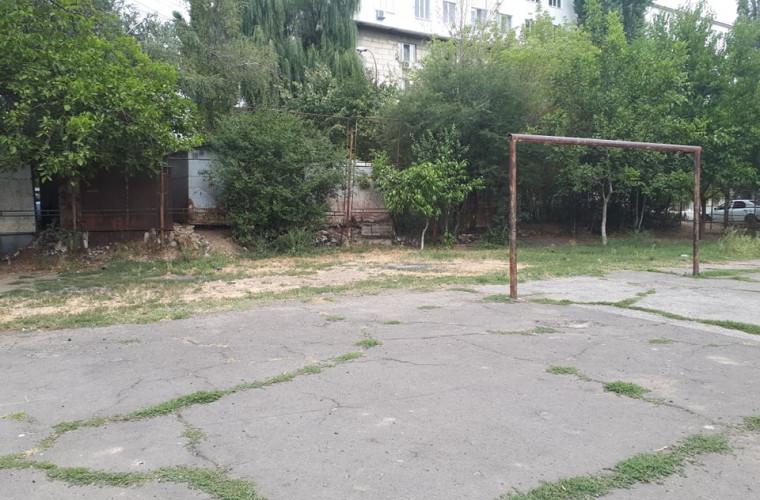 Vor să facă sport, dar nu au unde. Un stadion din sectorul Buiucani, în stare jalnică (FOTO)