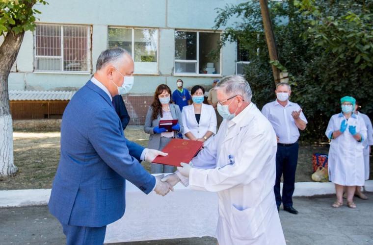 igor-dodon-a-vizitat-spitalul-din-leova-si-a-inminat-diplome-de-onoare-unui-grup-de-medici