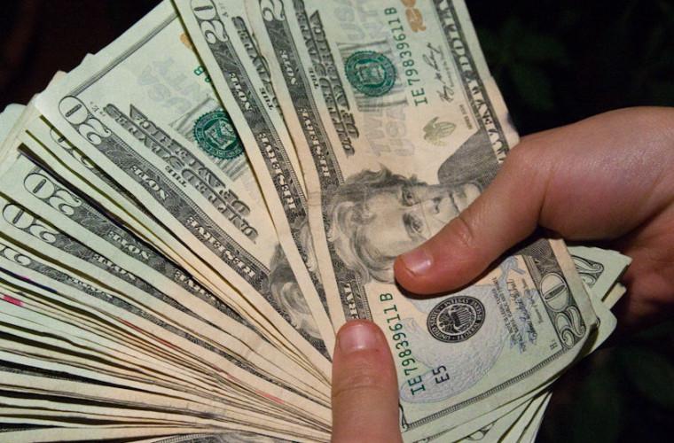 Un curier a primit bacșiș de 12.000 de dolari